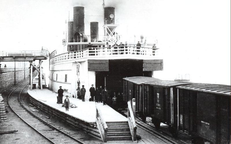 Старинная открытка выше плохо показывает масштабы построенного англичанами ледокола. На самом деле, он брал на борт целый железнодорожный состав из 25 вагонов.